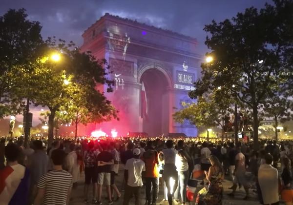 パリ ワールドカップ シャンゼリゼ 凱旋門