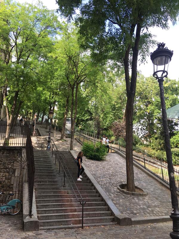 モンマルトル 観光 階段