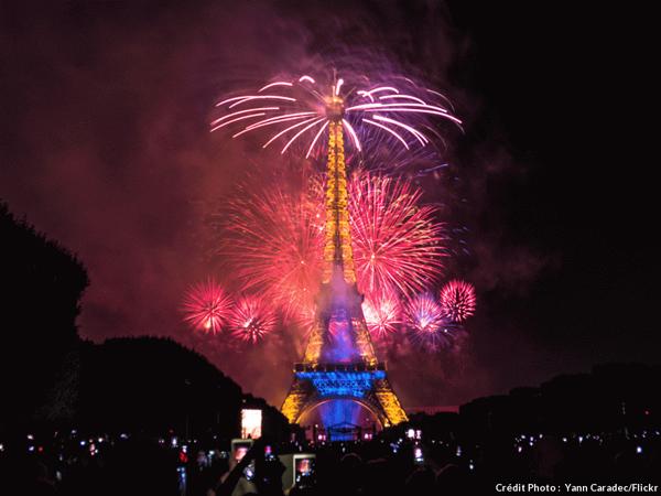 パリ エッフェル塔 花火