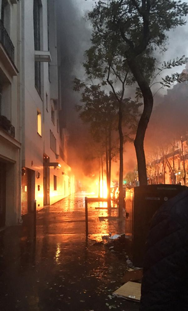 パリ デモ 車の放火